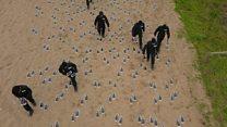 ما قصة لوحة الأقدام على أحد شواطئ بريطانيا ؟
