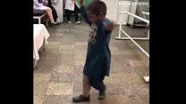 Menino amputado viraliza ao dançar de alegria após ganhar próteses nas pernas; veja vídeo