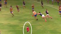 بالفيديو: الصغيرة التي اقتحمت مباراة كرة قدم بأستراليا
