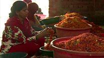 મંદિરમાંથી ઊતરેલા ફૂલોની અગરબત્તી બનાવતી દલિત મહિલાઓ