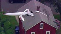 Летелица која је завршила у крову куће