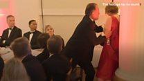 気候変動活動家、英財務相の演説に乱入 議員が女性の首つかむ