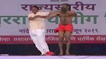 వీడియో: రామ్దేవ్ బాబా, దేవేంద్ర ఫడ్నవీస్ యోగా