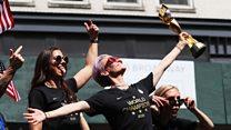 """女足世界杯冠军美国队胜利大游行,再吁""""薪酬平等"""""""