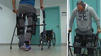 جهاز يساعد الأشخاص الذين يعانون من إصابات في أسفل العمود الفقري على الوقوف والمشي