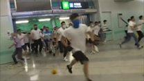 Grupo armado com porretes ataca manifestantes em Hong Kong