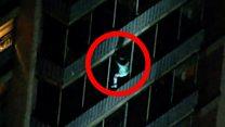 """""""Человек-паук"""" на фасаде высотного здания: как мужчина спасся от пожара"""