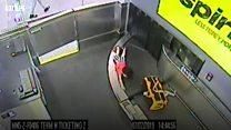 2歳児が荷物用のベルトコンベアに 米アトランタ空港