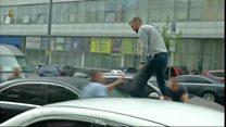 Ветеран из России влез на машину Порошенко