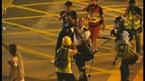 香港の警察官、デモ参加者に銃向ける