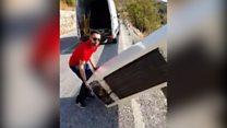 Мужчин, которые скинули холодильник со скалы заставили поднять его обратно