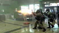 香港防暴警察在港铁站内近距离开枪