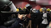 La policía de Hong Kong carga contra los manifestantes