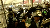 Полицейский достал пистолет в аэропорту Гонконга
