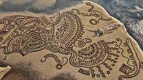 فن الرمال الساحر يستغرق ساعات ويمسحه الموج في ثوان