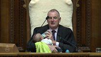 ニュージーランド議会の議長がベビーシッター 父親議員は審議に参加