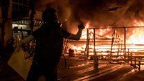 香港示威者街头放火 警察出动水炮车
