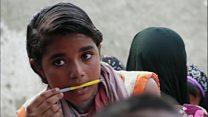 معلمی که خانه به خانه میرود تا بچهها را به مدرسه برگرداند