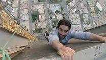 شباب يتسلقون قمة رافعة في الرياض من أجل سيلفي