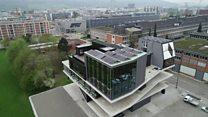 مبنى ذكي لديه تقنيات عديدة تساهم في الحفاظ على البيئة