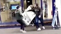 Group steals mobile phones in broad daylight