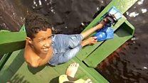 Como nadar com botos na Amazônia ajudou menino sem braços