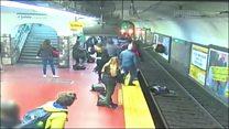 女子被撞入列车轨道,众人合力拦车营救
