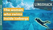 A mulher que gosta de nadar dentro de icebergs