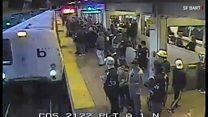 駅ホームから転落、迫り来る列車に駅員は…… 米カリフォルニア州