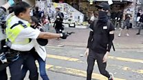 デモ参加者が警官に撃たれた様子、フェイスブックで配信 香港