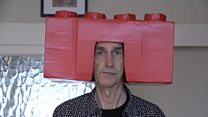 Як коробка на голові допомогла 66-річному артисту знайти себе