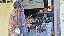 Kisah di balik foto viral bocah India yang mengintip ke dalam kelas