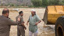 سائق جرافة ينقذ محاصرين في سيول السعودية