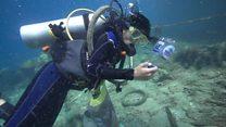 'O oceano parece um supermercado': os mergulhadores que lutam para limpar recifes