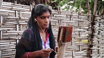 Warga India yang atasi masalah susah sinyal dengan bambu