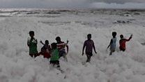 Crianças brincam em espuma 'tóxica' em praia na Índia