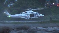 لحظة إنقاذ صائد سمك كيني علق على جزيرة جراء فيضانات