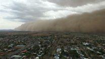 Австралию накрыли песчаная буря и град. Все это случилось за выходные