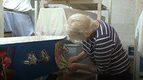 O clube que reúne pessoas para decorarem seus próprios caixões