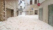 Морская пена заполнила улицы Каталонии. Все из-за шторма