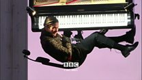 نواختن پیانو معلق میان زمین و آسمان