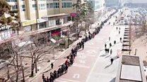 Сотни людей стоят в очереди за масками в Южной Корее. Видео с дрона
