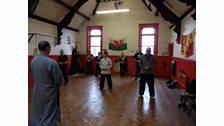 Llun o aelodau dosbarth Shaolin Cymru (Gung Fu)