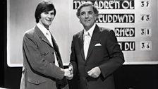 Cân i Gymru - 1971- Dr Meredydd Evans yn ysgwyd llaw Alwyn Humphreys