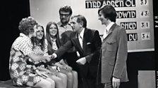 Cân i Gymru - 1971 - Dr Meredydd Evans yn llongyfarch Derek Boote a merched 'Yr Awr' (2il)