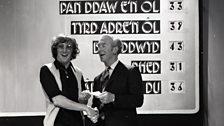 Cân i Gymru - 1971 - Dewi Pws Morris yn derbyn siec gan John Rowley, Rheolwr y BBC