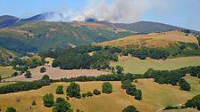 Sychder Llangollen a Mynydd Llantysilio ar dân yn y cefndir - Tudur Aled Davies.