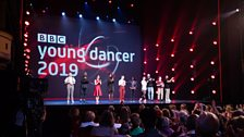 The finalists and their choreographers take a bow together at the end and receive the applause of the audience
