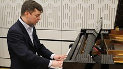 Till Fellner plays Bach's Prelude and Fugue in E major (BWV 878) live in the studio