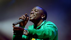 What does Akon look for when signing an artist to his label?